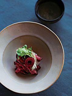 肉汁と果汁が口いっぱいに広がる。肉料理のソースに加熱して使うことも多いチェリーを、牛たたきと合わせた冷菜に。チェリーの果汁で牛肉がますますジューシー! 大根より甘いかぶをおろして使うのもコツ。|『ELLE a table』はおしゃれで簡単なレシピが満載!