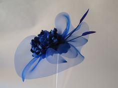 De Tacones y Bolsos: Tocados Vanvará Sombreros Fascinator, Fascinator Hats, Fascinators, Wedding Hats, Headpiece Wedding, Bridal Headpieces, Tissue Flowers, Fabric Embellishment, Millinery Hats