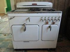 Antique Kitchen Stoves, Antique Stove, Vintage Kitchen, Retro Vintage, Vintage Appliances, Kitchen Appliances, Kitchens, Vintage Stoves, Cooking Stove
