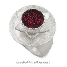 RING DING: Stern mit rotem Akzent … Den Ring und seine Teile gibt es hier: https://www.silberwerk.de/ringding/22775011-top-rund-12mm-pink/combination