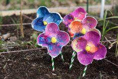 Recycler vos boites d'oeufs : vos enfants pourront fabriquer de très mignons bouquets de fleurs à offrir à leur maman ou à leur papa. Une activité qui ne nécessite pas grand chose en terme de matériel et qui convient tout à fait aux plus petits.