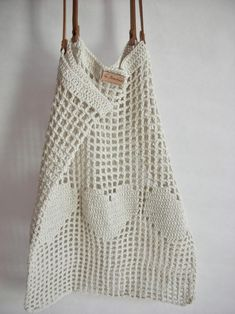 Net bag with leather handles and removable inner bag. Light but strong and stretches well to accommodate all goods. Ideal companion for a day out in the city or at the beach. Wear it over your shoulder or in hand. Diy Tricot Crochet, Crochet Tote, Crochet Handbags, Crochet Purses, Cotton Crochet, Crochet Market Bag, Net Bag, Crochet Flower Patterns, Simple Bags