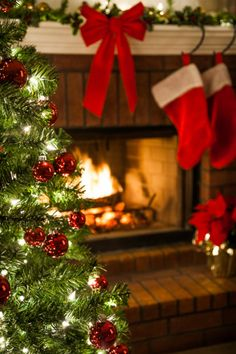 ✴Buon Natale e Felice Anno Nuovo✴Merry Christmas and Happy New Year✴ Merry Little Christmas, Noel Christmas, Country Christmas, All Things Christmas, Winter Christmas, Christmas Lights, Christmas Decorations, Winter Things, Green Christmas