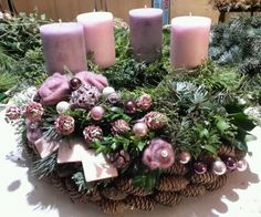 Filling Your Home with Favorite Christmas Scents- Pink Candles – Advent Wreath İdeas. Centerpiece Christmas, Christmas Advent Wreath, Christmas Scents, Christmas Arrangements, Christmas Candles, Holiday Wreaths, Winter Christmas, Christmas Time, Christmas Decorations