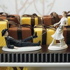Os noivinhos que enfeitam os bolos de casamento, são exemplos perfeitos aonde esse bom humor é utilizado.