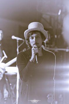 amo a este vocalista Leon Larregui además guapisimo, muy mi estilo #hedicho