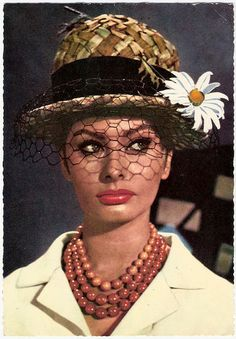 Sophia Loren rocking a straw hat. We <3 the addition of a fresh daisy!