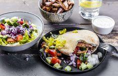 Rask pitamiddag med svinekjøtt og raitadressing Cobb Salad, Tacos, Pizza, Baking, Ethnic Recipes, Dinner Ideas, Food, Bread Making, Patisserie