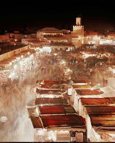 Jemaa El Fna square at night l plaza Jemaa El Fna por la noche l Raquel Moure from Amour a Moure.