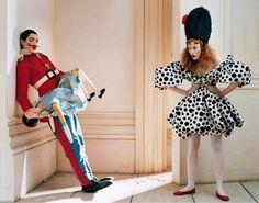 ロマンチックで無邪気な雰囲気に包まれた、非日常的世界を作り上げる イギリスの写真家Tim Walker(ティム・ウォーカー)。 モデルに実際には着られないような服を着せ、たくさんのファンタジーの引用から制作される イメー […]...