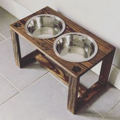 Reclaimed rustic pallet furniture dog bowl stand pet feeding station with 2 stainless steel bowls natural oak finish Elevated Dog Bowls, Raised Dog Bowls, Raised Dog Feeder, Grand Bol, Tallest Dog, Pet Feeder, Medium Sized Dogs, Kitchen Styling, Large Dogs