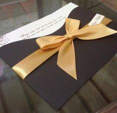 Convite de Casamento <br>18 x 14 cm <br>Envelope em Papel Telado Marrocos 180g <br>Convite Interno Papel Perolado Marfim 180g <br>Decorado com Fita de Cetim Dourado (Opcional) <br>Acompanha Tags : Confirmação de Presença, <br>Identificação Convidado e Lista de Presentes