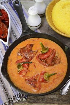 mancarica de ardei copti cu rosii si smantana Romanian Food Traditional, Thai Red Curry, Side Dishes, Food And Drink, Vegetarian, Favorite Recipes, Healthy Recipes, Vegetables, Cooking