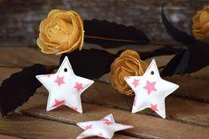 Υφασμάτινο Αστέρι 50τεμ Αστέρια Ροζ 4cm UST4-101211-3  Υφασμάτινο αστέρι σε σχέδιο αστέρια ροζ.Συνδυάζονται με μεγάλη ποικιλία χρωμάτων και υλικών, για να σας δώσουν πρωτότυπες ιδέες και έμπνευση ώστε να δημιουργήσετε εύκολα και απλά δεκάδες διαφορετικά προϊόντα, όπως πασχαλινές λαμπάδες, μπομπονιέρες, κουτιά βάπτισης, λαδοσέτ κ.α.Διαστάσεις: 4cmΔιατίθενται σε συσκευασία 50 τεμαχίων. Christmas Ornaments, Holiday Decor, Home Decor, Xmas Ornaments, Homemade Home Decor, Christmas Jewelry, Christmas Ornament, Interior Design, Christmas Baubles