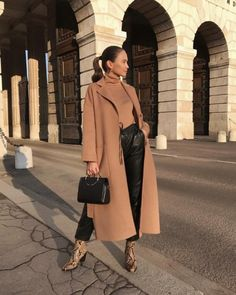 Love this brown overcoat Winter Coat Outfits, Winter Outfits, Camel Coat Outfit, Outfit Invierno, Oversized Coat, Mantel, Trench, Womens Fashion, Fashion Trends