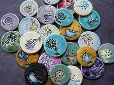 Ceramic buttons-pattern for gourd ornaments. Ceramic Pendant, Ceramic Jewelry, Ceramic Beads, Ceramic Clay, Clay Beads, Ceramic Pottery, Button Art, Button Crafts, Fimo Clay