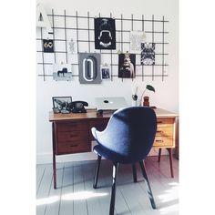 Sollys i vores kontor #kontor #jamiehayon #teaktræ #rionet #kunst #interior #vintage #visdinstil #loppefund #bobedre #boligliv #boligmagasinet Office Desk, Furniture, Vintage, Home Decor, Kunst, Desk Office, Decoration Home, Desk, Room Decor