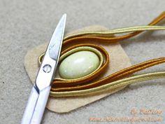 Tecnica soutache: passaggi  Si inizia preparando il cabochon: incollare il cabochon al supporto in feltro/pelle. Non tagliare il supporto troppo vicino alla pietra, ma lasciare circa 1/2 cmdalla pietra. Lasciare asciugare la colla per circa 20 minuti. Avvolgere le piattineintorno alla vostra pietra nel modoche si desidera. Quindi, tagliare le piattine. Considerate sempre di …