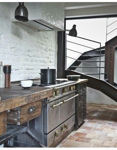 Suggestions and tips on how you can choose an industrial-style kitchen. Wood, metal & raw finishes are some of the main elements that characterize an industrial style kitchen. Industrial Kitchen Design, Industrial Interiors, Industrial House, Rustic Interiors, Interior Design Kitchen, Modern Industrial, Industrial Bookshelf, Industrial Furniture, Industrial Bathroom