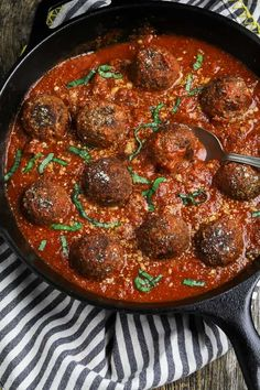 The Ultimate Vegan Meatballs hearty meaty and bursting with Italian-style flavors! They bake up perfectly and they won't fall apart! Vegan Meatballs, Lentil Meatballs, Vegetarian Meatballs, Italian Meatballs, Vegetarian Recipes, Healthy Recipes, Healthy Food, Albondigas, Meatball Recipes