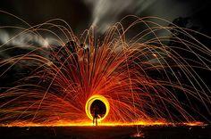 1. Círculo de fogo Girando um tipo de fogos de artifício – e com a ajuda do efeito fotográfico – foi possível criar essa imagem impressionante cheia de fogo e faíscas.