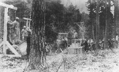 Execução de prisioneiros, a maioria deles judeus, na floresta perto do campo de concentração de Buchenwald. Alemanha, 1942 ou 1943.