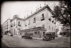 Casa de las Siete Chimeneas, Plaza del Rey Diego González Ragel Madrid, 1932 Foto Madrid, Historical Photos, Old Pictures, Street View, San, Frocks, Buildings, Nostalgia, Painting