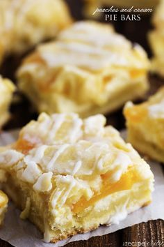 Delicious bars that have a creamy cheesecake and peach pie filling in the center.  They are drizzled in a glaze and taste just like you are biting into a peach pie!!