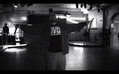 Wir fühlen uns unheimlich geehrt durch Moses Pelham, der in seinem neuesten Video unter anderem auch unser Shirt trägt. Schaut euch am besten selbst das Video an. #gänsehaut  http://www.runffm.com/2013/11/moses-pelham-wenn-schmerz-nachlasst-soundcheck-version-musikvideo/  #mosespelham #hiphop #rap #frankfurt #ffm #schnapsfüralle