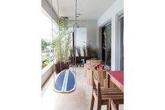 En el balcón, ducha (Robinet) rodeada de piedras y macetas con cañas y gramíneas, bien silvestres. Con un sistema de sogas y herrajes de escalar, una tabla de surf recrea el movimiento de las olas para practicar el equilibrio.  /Magalí Saberian