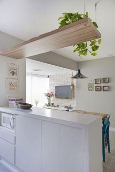 Apartamento pequeno em Perdizes é pura inspiração! Living Dining Room, Stylish Small Kitchen, Kitchen Remodel, Kitchen Decor, Interior Design Kitchen, Home Decor, Apartment Decor, Home Kitchens, Kitchen Design