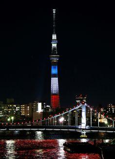 "LOVE my Tokyo ~lisa. ""パリで起きた同時多発テロの犠牲者を追悼し、フランス国旗の色にライトアップされた東京スカイツリー, Tokyo sky tree in tricolore =15日夜"" ... #PeaceforParis #JESUISPARIS ~lisa"