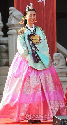 Korean actress Park Ha Sun wearing a hanbok in her role as Queen Inhyeon . I loved her character Korean Hanbok, Korean Dress, Korean Outfits, Korean Traditional Dress, Traditional Fashion, Traditional Dresses, Dong Yi, Beautiful Costumes, Beautiful Dresses