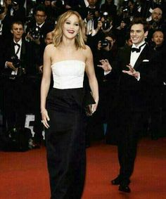 Jennifer Lawrence on the red carpet, Sam Claflin photobombing. xD