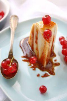 Vous avez 8 minutes devant vous? Eh bien lancez-vous dans ce gâteau tout simple et bien rafraîchissant lorsqu'il fait chaud! Ingrédient (pour 6 à 8 personnes) : 1L de lait entier 90g de sucre 1 sachet de sucre vanillé 140g de semoule fine vanille liquide...
