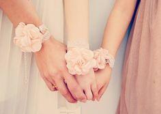 Bracelet à fleurs ENFANT rose poudré en satin et dentelle - tour de poignet de cérémonie enfant ou adulte.