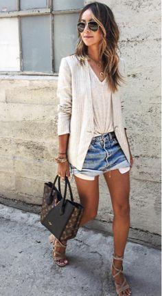 Blazer off white + camiseta básica branca + short jeans