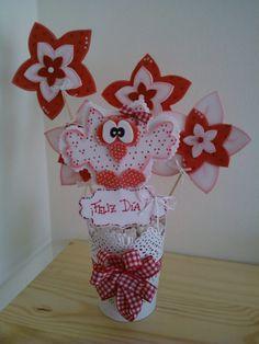 Maceta decorada con búho y flores de goma eva.