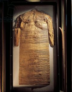 Egypt, Assiut, pleated linen tunic belonged to Nakhti (chancellor during the reign of Sesostris I), Middle Kingdom. Found folded in the shape of a package near the mummy in his tomb at Assiut. Artwork-location: Paris, Musée Du Louvre
