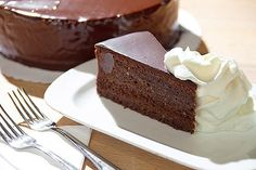 Sachrův dort 130 g hořké čokolády, 8 bílků, 6 žloutků, 250 g cukru krupice, 100 g strouhanky, 60 g hladké mouky, 40 g tmavého hořkého kakaa, 200 g másla, špetku soli, čokoládovou polevu, 400 g meruňkové marmelády, 250 ml šlehačky. Czech Recipes, Chocolate Fountains, Mini Cheesecakes, Something Sweet, Chocolate Cake, Sweet Recipes, Goodies, Food And Drink, Sweets