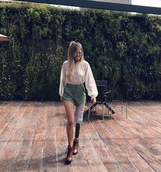 A linda Paola Antonini com look que combina o forte do verde militar com o romântico da blusa!