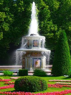 Lower Garden of Peterhof Palace, St Petersburg, Russia. St Pétersbourg Rússie, Peterhof Palace, Gardens Of The World, Palace Garden, St Petersburg Russia, Imperial Russia, Garden Pictures, Famous Places, Beautiful Gardens