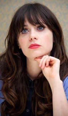 Zooey Deschanel - Zooey Claire Deschanel (pron.: [/ˈzoʊ.iː deɪʃəˈnɛl/ zoh-ee day-shə-nel]; Los Ángeles, California el 17 de enero de 1980) es una actriz, comediante, cantante, modelo, productora y compositora yankee- Debutó en el cine en 1999, con la película Mumford