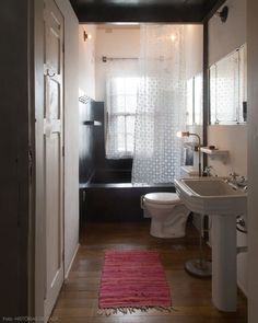 Histórias de Casa // two-tone walls in the bathroom Old Bathrooms, Dream Bathrooms, Beautiful Bathrooms, Cortina Box, Two Tone Walls, Washroom, Clawfoot Bathtub, Sweet Home, Mirror