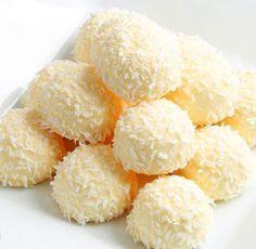 Estas trufas de chocolate blanco y coco resultan deliciosas, con un sabor a vainilla y coco que es casi tropical. Hay que servirlas muy frías y puedes conservarlas incluso en el congelador.