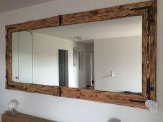 Wandspiegel, Rahmen aus Europaletten, geflammt, geschmiedete Eckbeschläge, geölt.