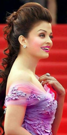 Aishwarya Rai is a talented artist and very popular among fans. Aishwarya Rai photo gallery with amazing pictures and wallpapers collection. Aishwarya Rai Photo, Actress Aishwarya Rai, Aishwarya Rai Bachchan, Beautiful Bollywood Actress, Most Beautiful Indian Actress, Beautiful Actresses, Bollywood Stars, Indian Bollywood, Bollywood Fashion