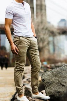 This Cool mens joggers outfit ideas 12 image is part from 50 Cool Mens Joggers Outfit Ideas Worth to Copy gallery and article, click read it bellow to see high resolutions quality image and another awesome image ideas. Best Mens Fashion, Mens Fashion Suits, Fashion Menswear, Stylish Menswear, Trendy Fashion, Henley Shirts, How To Wear Joggers, Mode Man, Style Masculin