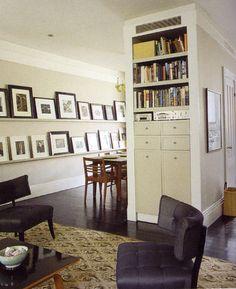"""""""Vaak worden schilderijen en foto's te hoog aan de wand gehangen. Het middelpunt  moet zich ongeveer op ooghoogte bevinden als u staat. Ook als u zit zal de afbeelding dan nog goed tot zijn recht komen. Hang liever iets te laag dan te hoog. Wilt u meerdere schilderijen of foto's naast elkaar hangen, hang dan afhankelijk van de afmeting alle boven- of onderkanten op dezelfde hoogte. Wilt u regelmatig wisselen dan is een schilderijenrail langs uw plafond aan te bevelen."""" - 100% thuis"""