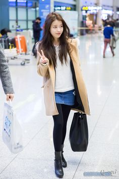 IU yet again proves the effectiveness of a simplistic outfit - the knit sweater and denim skirt look both comfortable and fashionable, a perfect combination in these lingering days of winter! Iu Fashion, Korean Fashion, Fashion Online, Fashion Outfits, Airport Fashion, Fashion 2015, Autumn Fashion For Teens, Winter Fashion, Korean Skirt